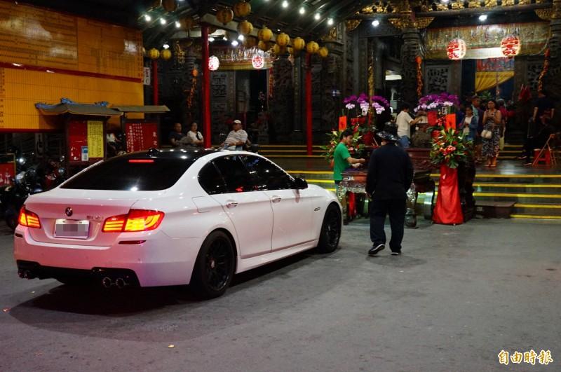 今天是農曆六月廿九日,東隆宮未來一個月無法改運,連晚間都有新車前來「香車」。(記者陳彥廷攝)