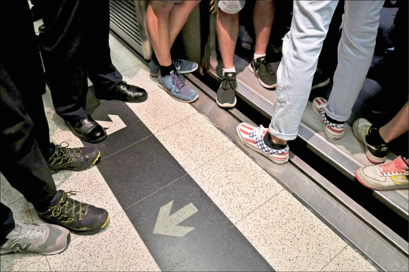 香港三十日再度發起不合作運動,在上午通勤尖峰時間於香港地鐵多路線車站,以阻擋車門關閉、按下緊急安全鈕等方式阻止列車運行。(路透)