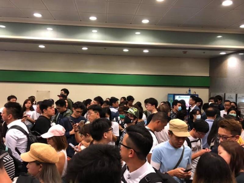 今日上午9時法庭外已聚集許多媒體、超過百位市民聲援,包括家屬都尚未被安排入座。(圖擷取自《香港城市大學學生會編輯委員會》臉書)