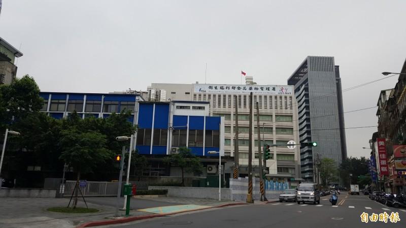 位在南港區捷運昆陽站附近的衛福部大樓部分建築將原地重建。(記者蔡思培攝)