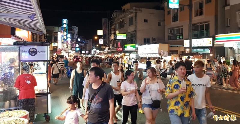 中國突然宣布禁止來台自遊行,學者估計影響50至70萬來台觀光人次,圖為墾丁大街。(記者蔡宗憲攝)