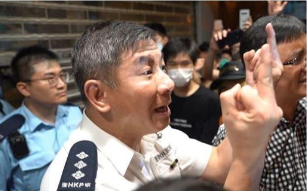 30日天水圍爆發警民衝突,大批示威民眾包圍警局,分區助理指揮官麥子強走出警署門外與民眾理論,並以雙手比中指還擊。(圖擷取自臉書「CampusTV,HKUSU 香港大學學生會校園電視」)