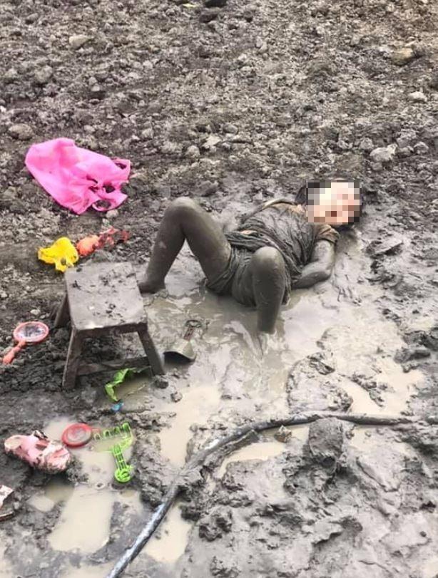 原po的女兒躺在泥水中滿身泥濘。(圖擷自爆廢公社)