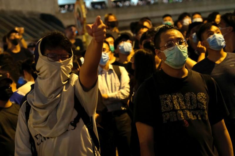昨晚近千名市民包圍葵涌警署聲援示威者。(路透)