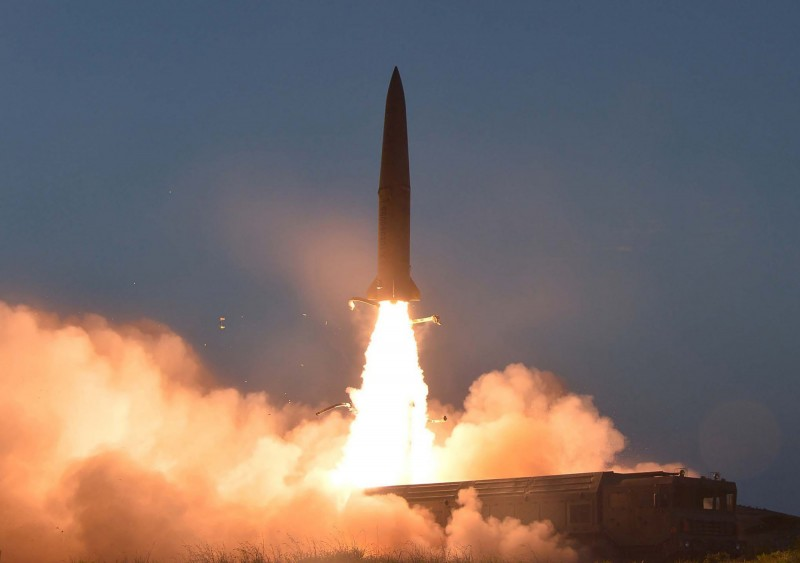 北韓今晨在東岸咸鏡南道虎島半島,發射2枚短程彈道飛彈,南韓軍方正在了解情況並保持警戒。圖為本月25日北韓發射的飛彈。(法新社資料照)