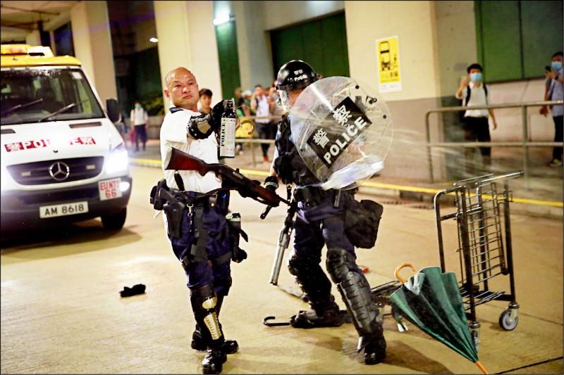 香港葵涌警署「光頭警長也被拍到使用胡椒噴霧。(美聯社)