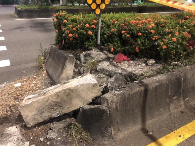 分隔島的水泥護欄都被撞裂。(記者鄭景議翻攝)