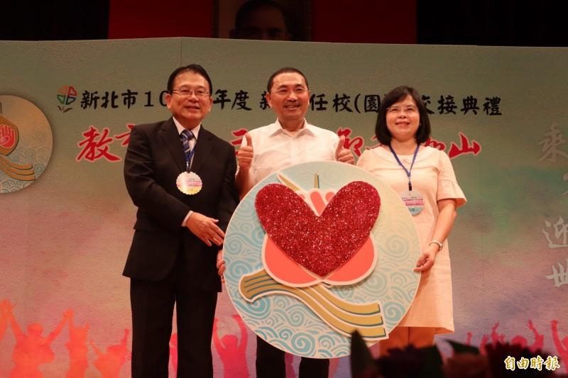 剛從汐止國中屆齡榮退的校長榮明杰已奉獻教育41年。(記者周湘芸攝)