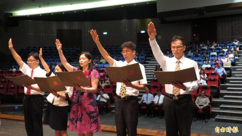 5位新科校長陳啟政(左起)、陳盈儒、蔡宜芳、史利民、黃致傑宣誓就任。(記者林國賢攝)