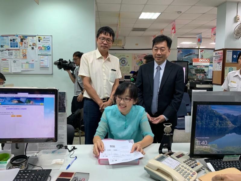內政部政務次長陳宗彥(右)宣布即日起放寬中配親屬來台短期探親資格。(記者黃欣柏翻攝)