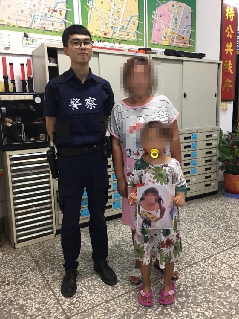 廟會中5歲小女孩與媽媽走散,10分鐘找回,女孩母親除感謝員警並稱是神明保佑。(記者廖淑玲翻攝)
