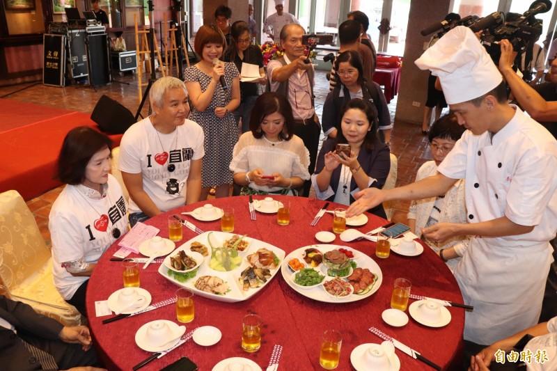 宜蘭縣長林姿妙(左1)曾到中國上海簽訂合作意向書,預計將為宜蘭每年帶來2萬名旅客,如今中方禁止自由行旅客來台,恐受波及。圖為在中國經商有成的藝人林瑞陽(左2)率團遊宜蘭。(資料照,記者林敬倫攝)