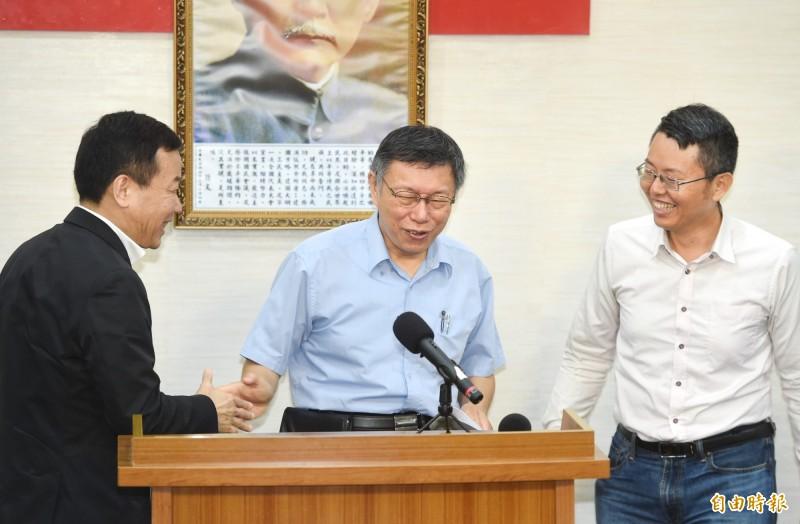 台北市長柯文哲(中)今天正式宣布籌組台灣民眾黨;綠黨桃園市議員王浩宇公布最新民調,剛剛曝光的台灣民眾黨支持度已經高過時代力量、綠黨和基進黨。(記者方賓照攝)