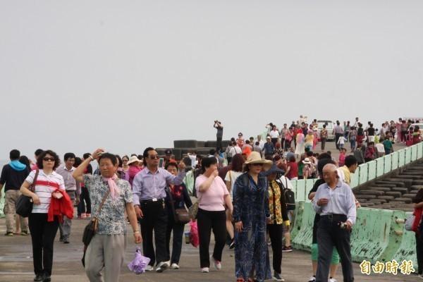 中國昨日突宣布停發赴台自由行通行證,限制個人旅客來台灣觀光,此為情境照。(資料照)