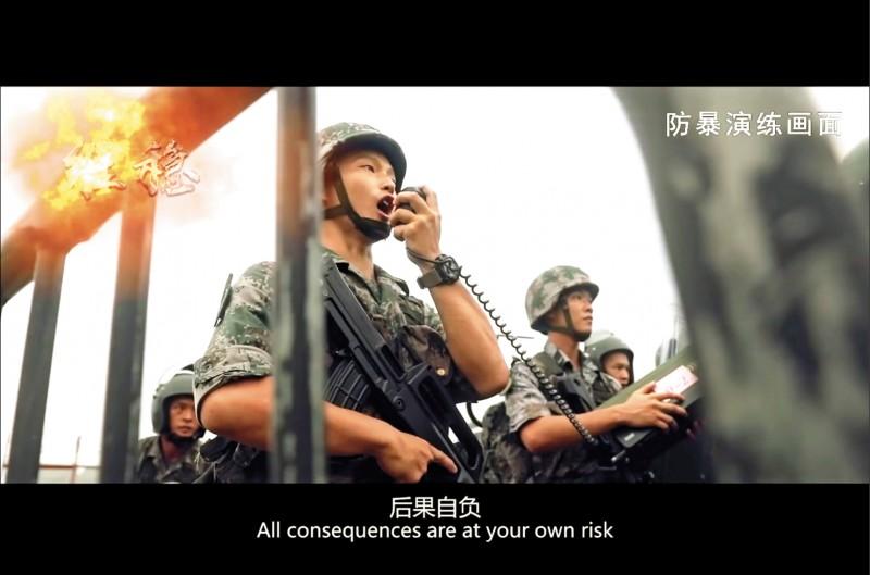 中國人民解放軍駐港部隊的官方「微博」,七月三十一日發佈片名為「不忘初心、守護香江」的宣傳短片,其中「維穩」部分內容顯示,一名持自動步槍的軍人透過擴音器,以粵語向示威者高喊「後果自負」,針對香港反送中抗爭的意味濃厚。(法新社)