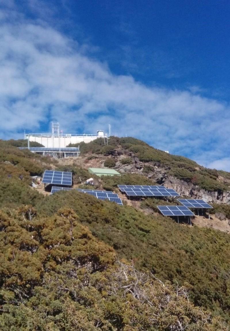 歷時7年興建的玉山北峰3844.5公尺東北亞最高太陽能基地站今天啟用,將有助於5萬登山客與救災通訊,成為登山客的「生命線」。(NCC提供)