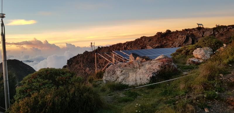 歷時7年興建,東北亞最高玉山北峰太陽能基站今天啟用,將有助於5萬登山客與救災通訊,成為登山客的「生命線」。(NCC提供)