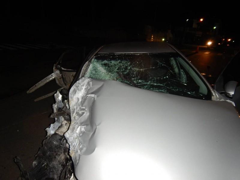 自小客右側車身嚴重毀損,2名女生當場被拋飛車外。(記者許國楨翻攝)