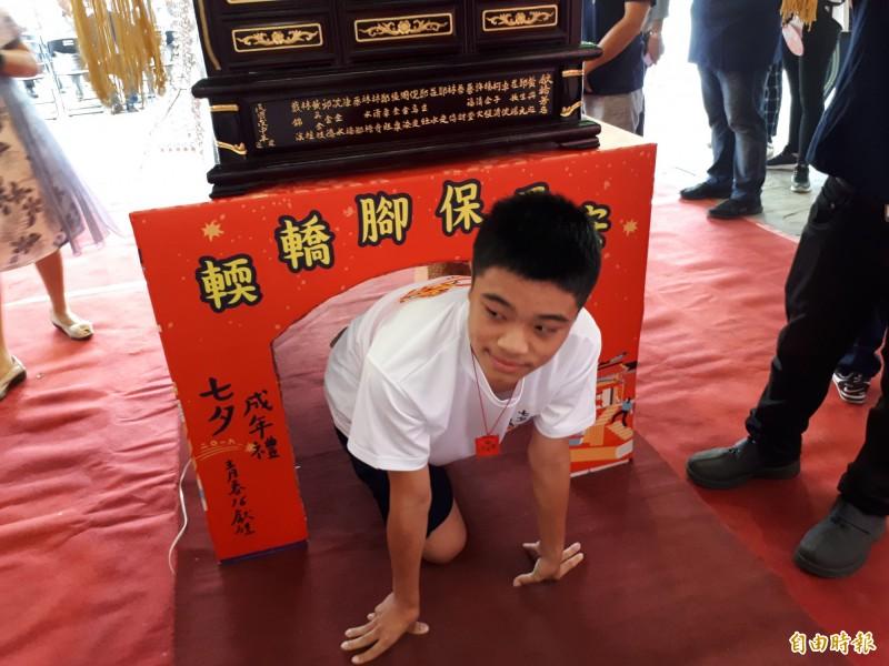 新竹市竹蓮寺是全台唯一,北台灣唯一,仍依循古禮,在七夕七娘媽生辰這天舉辦「做十六」轉大人成年禮活動,滿16歲的青少年要經過輭轎腳後再脫絭飲成年酒等儀式,象徵轉大人。(記者洪美秀攝)