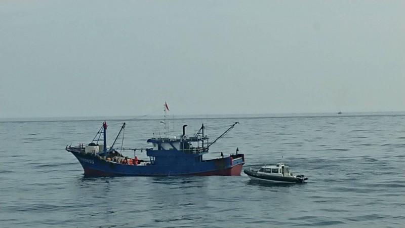 中國漁船越界不服取締,澎湖艦派出小艇登船攔截。(澎湖海巡隊提供)