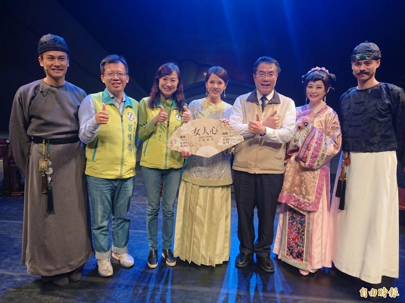 台南市長黃偉哲(右3)今日與演員一起為台語音樂劇《女人心》暖身宣傳。(記者洪瑞琴攝)