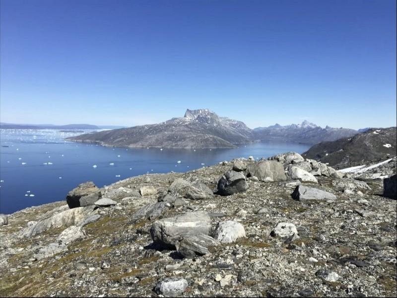 丹麥科學家指出,格陵蘭島1日經歷今夏最大規模融冰。圖為6月中旬,格陵蘭島努克峽灣(Nuuk fjord)僅剩細碎浮冰漂浮海面。(美聯社)