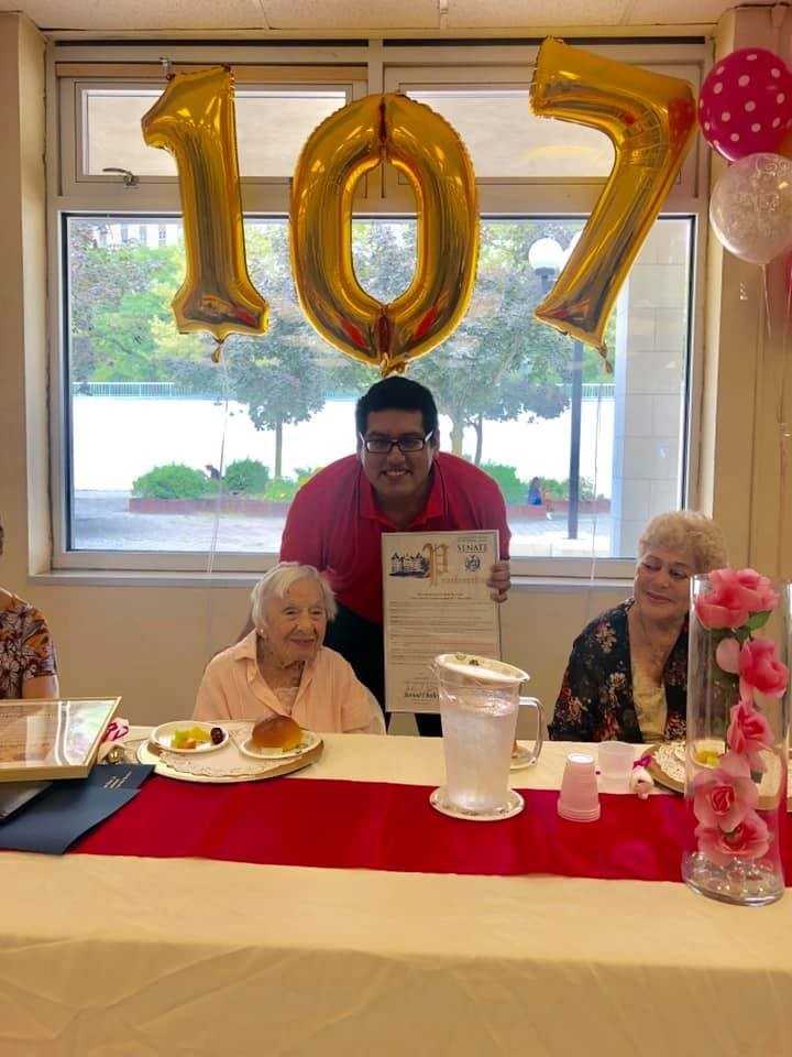 美國紐約107歲女性人瑞辛拉蕊(Louise Jean Signore)過107歲生日,她透露長壽秘訣就是「不要結婚」。(圖擷自Senator Jamaal T. Bailey臉書)