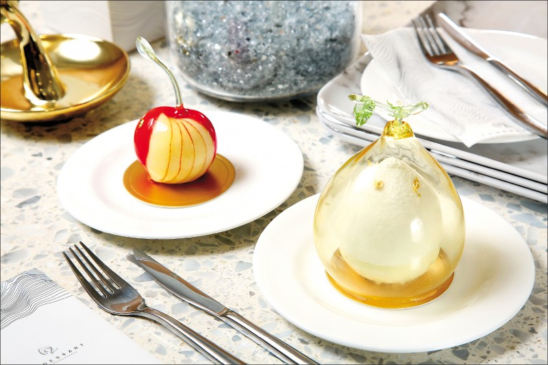 覓蘋/200元(左)、柚/240元:蘋果造型的「覓蘋」,依季節採用2種不同的蘋果,並使用炒、燉、榨與削等方式呈現風味,內餡中還有白蘭地與檸檬,極具層次。「柚」以柚子開花為靈感,亮點是手工糖罩的玻璃球造型,上層使用柚子香緹,內層包裹諾曼地奶油蛋糕、青檸奶醬、柚子果凍,加上太妃糖與焦糖,口感酸甜。(記者沈昱嘉/攝影)