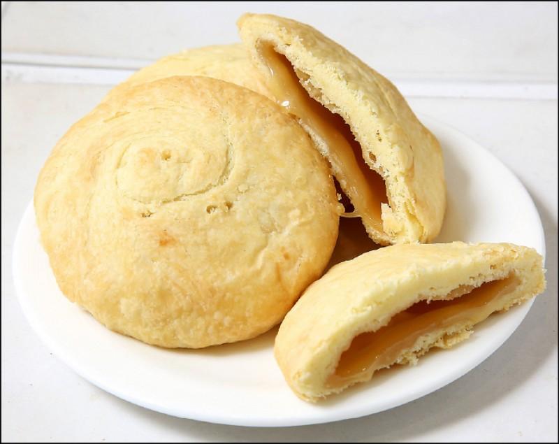 L.Z.太陽餅/一入40元:店家以自製無水奶油、法國諾曼地奶油、自家熬煮的生乳糖,提煉出「軟心餡」口感,可以常溫食用也可以加熱吃。加熱後的太陽餅,有如流沙般口感,相當受歡迎。(記者沈昱嘉/攝影)