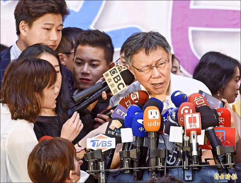 台北市長柯文哲昨日出席市府員工親子日活動,並接受媒體採訪。(記者方賓照攝)