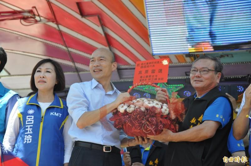 韓國瑜(左二)說,郭王兩人見面,「對我而言,我是樂觀其成」,未來大家還是要團結。(記者周敏鴻攝)