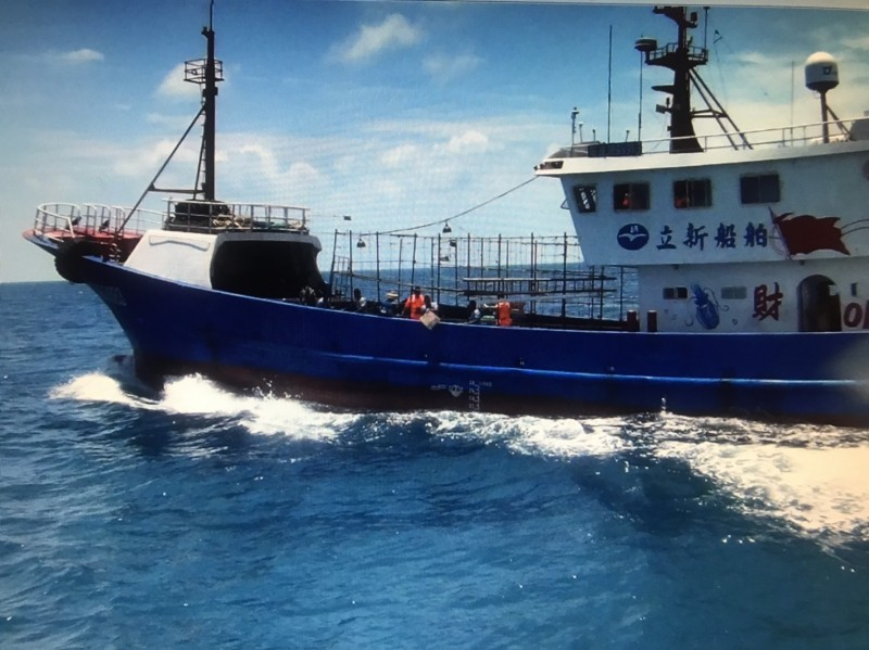 中國籍漁船越界捕魚。(記者張軒哲翻攝)