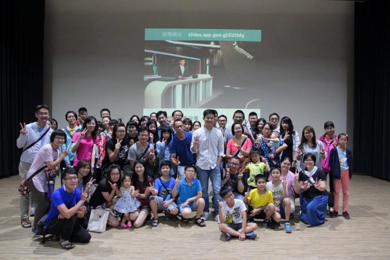 金鐘紅毯主持人劉傑中跟學員分享英語學習心得。(記者洪瑞琴翻攝)