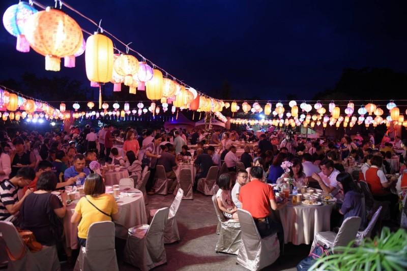 花蓮富里六十石山金針花季今晚舉行開幕式,當地茶館夜晚高掛500盞燈籠妝點花海,目前花況約2成,預計再兩週後盛開。(花蓮縣政府提供)