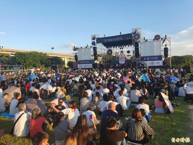 民眾在延平河濱公園草地席地而坐,聆聽音樂表演。(記者林家宇攝)