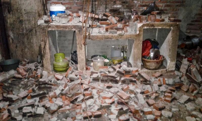 印尼強震使200多棟建築物遭到破壞。(法新社)