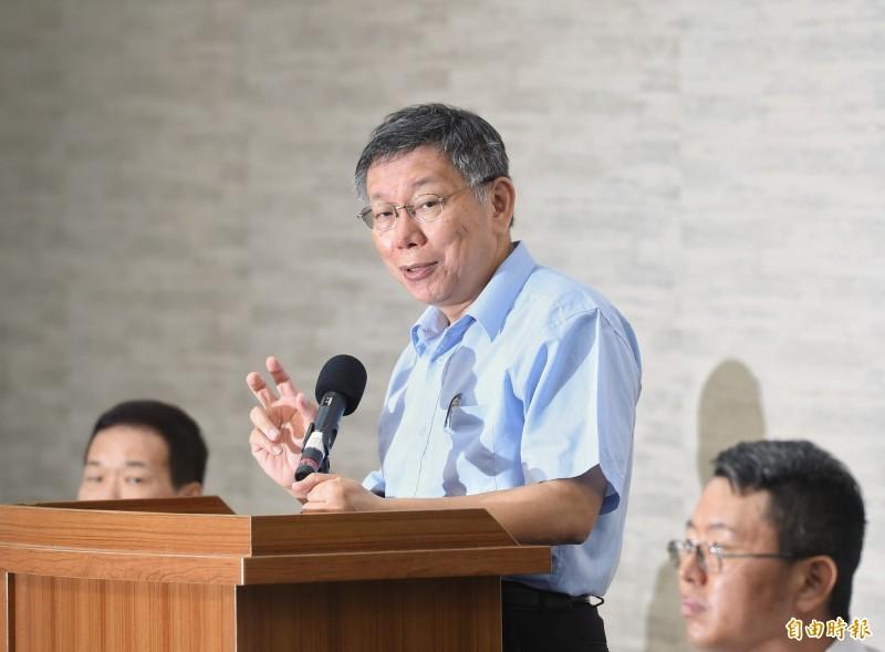 台北市長柯文哲(圖中)日前宣布將組「台灣民眾黨」。桃園市議員王浩宇以「資源回收黨」形容台民黨,囊括過去藍營政客及統派政客,許多柯粉對此相當失望,紛紛轉為柯黑。(資料照,記者方賓照攝)