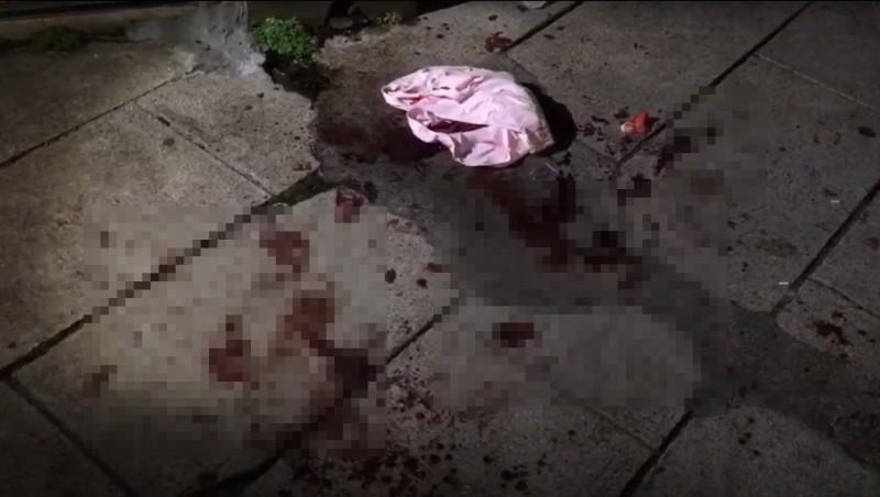 案發現場留下斑斑血跡,被砍殺的傷者已送往馬偕醫院急救。(讀者提供)