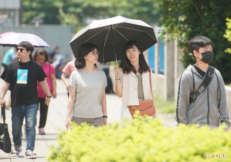明(4)天氣和今(3)日差不多,持續高溫、午後偶有陣雨的天氣。(記者黃志源攝)