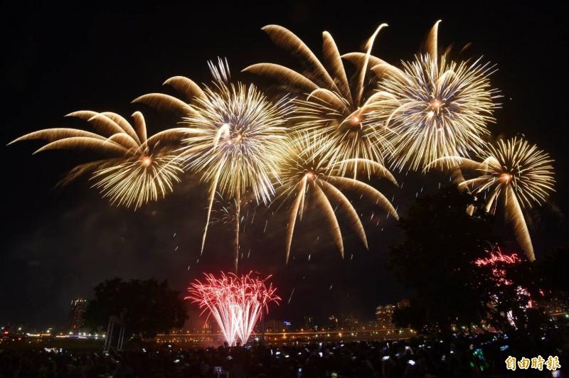「2019大稻埕情人節」晚間八點施放長達480秒的煙火秀。(記者方賓照攝)