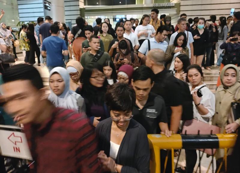 昨(2)日地震時,從雅加達購物中心逃出的人們。(美聯社)
