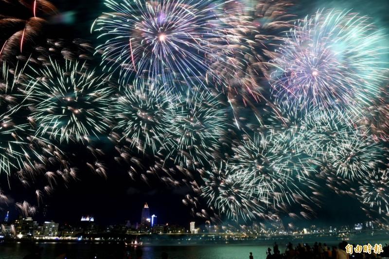 「2019大稻埕情人節」晚間八點施放長達480秒的煙火秀。(記者王藝菘攝)