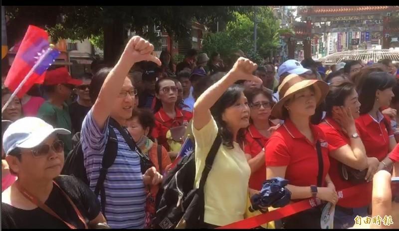 國民黨總統參選人韓國瑜3日上午到桃園景福宮參香,韓未到場前,一名來自中國的男遊客與妻子狂比「倒讚」手勢。(記者謝武雄攝)