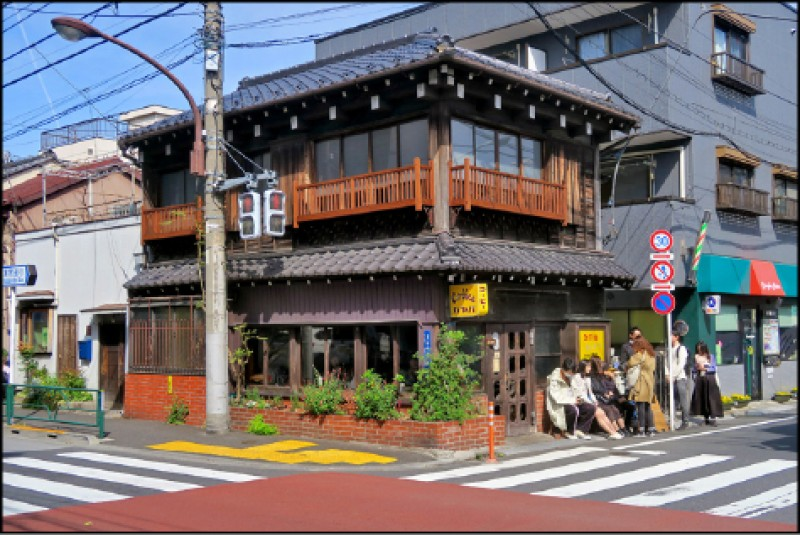 Kayaba Coffee的建築建於大正時代的1916年,在2008年由建築師永山祐子設計改裝。(記者吳書緯/攝影)