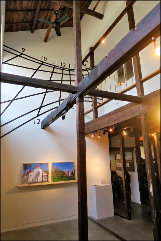 HAGISO拆掉了2樓的部分樓板,讓2樓的自然光線可以灑進1樓藝廊的區域。(記者吳書緯/攝影)