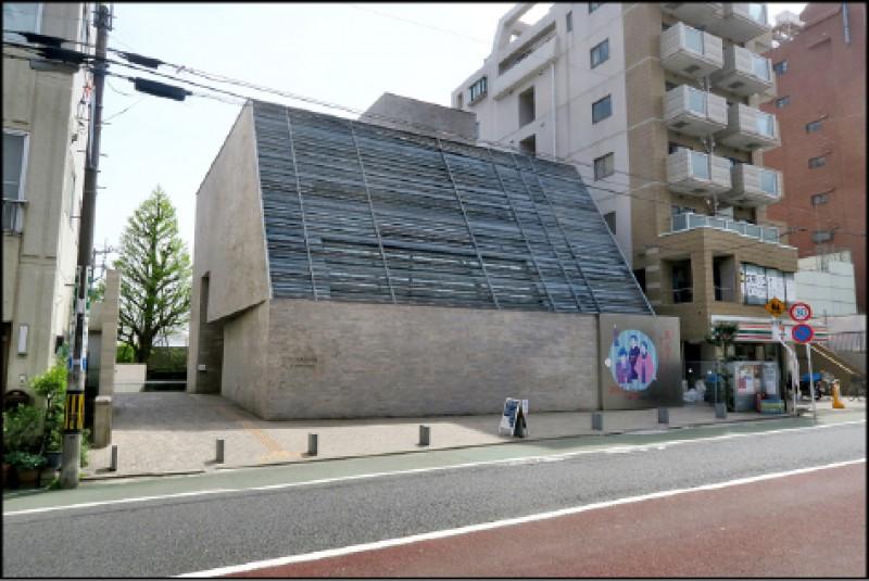 森鷗外紀念館面向馬路的立面是以磚石所築起的建築,上半部則是金屬格柵構成的單斜屋頂。(記者吳書緯/攝影)