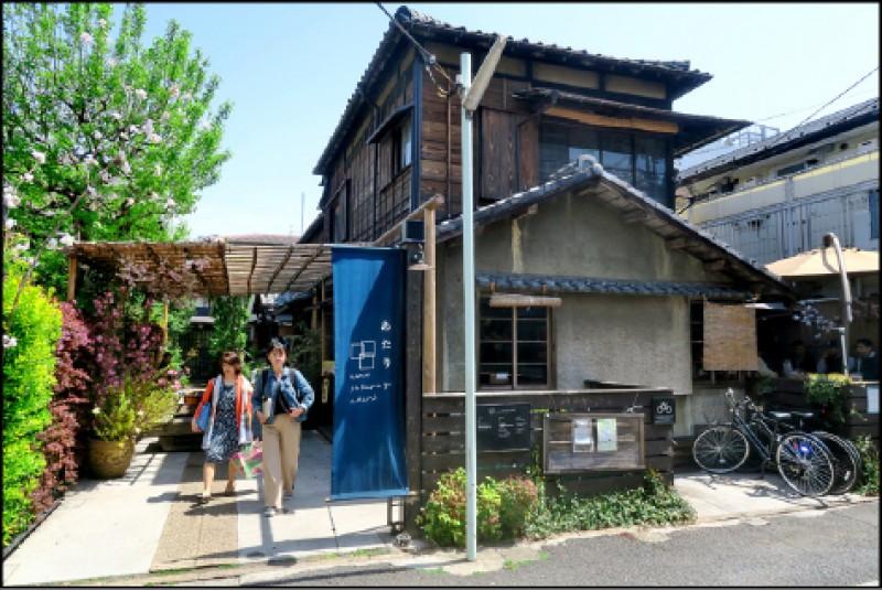 上野櫻木ATARI是由3棟木造老建築所修整、整合而成的複合式空間。(記者吳書緯/攝影)