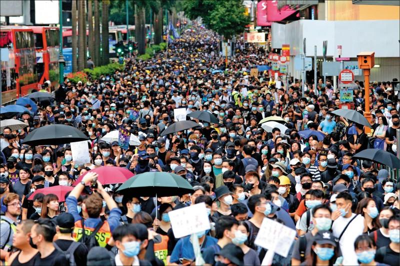 香港反送中抗爭已連續第九週,「旺角再遊行」3日下午登場,數萬民眾從晏架街遊樂場步行至不遠處的大角咀櫻桃街公園。(歐新社)