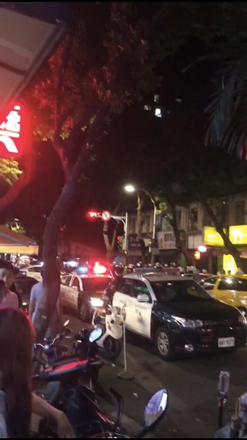 今日凌晨有黑衣人在街頭聚眾滋擾。(記者劉慶侯翻攝)