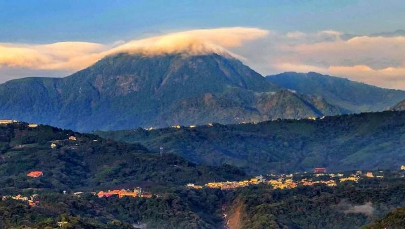南投縣鹿谷鄉鳳凰山因雲彩插上一腳,充滿濃濃的「日本富士山感覺」(岳姓民眾提供)
